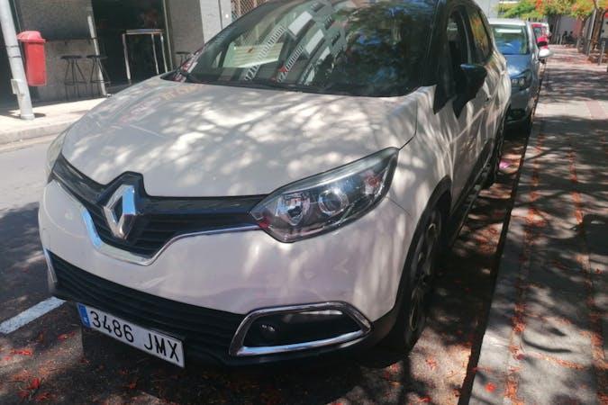 Alquiler barato de Renault Captur con equipamiento GPS cerca de  Santa Cruz de Tenerife.