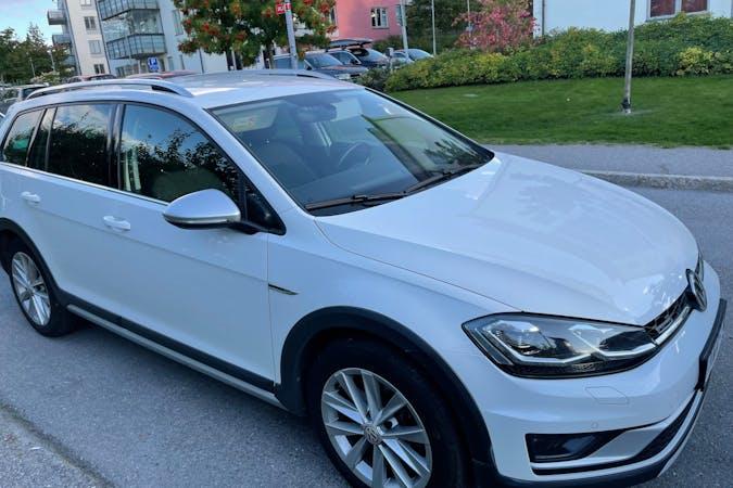Billig biluthyrning av Volkswagen Golf Alltrack med Dragkrok i närheten av 111 22 Norrmalm.