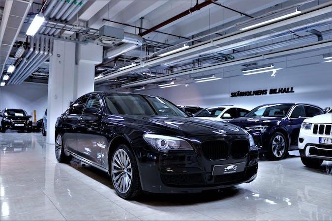 Billig biluthyrning av BMW 7 Series med GPS i närheten av 111 20 Norrmalm.