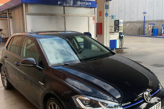 Alquiler barato de Volkswagen Golf con equipamiento Bluetooth cerca de 08030 Barcelona.