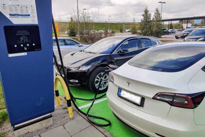 Tesla Model 3n halpa vuokraus GPSn kanssa lähellä 20100 Turku.