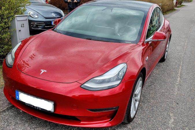 Billig biluthyrning av Tesla Model 3 med GPS i närheten av  Vallda-Tingsberget.