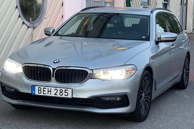 Billig biluthyrning av BMW 5 Series med GPS i närheten av 151 71 Centrala Södertälje.