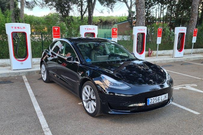 Alquiler barato de Tesla Model 3 con equipamiento GPS cerca de 28003 Madrid.