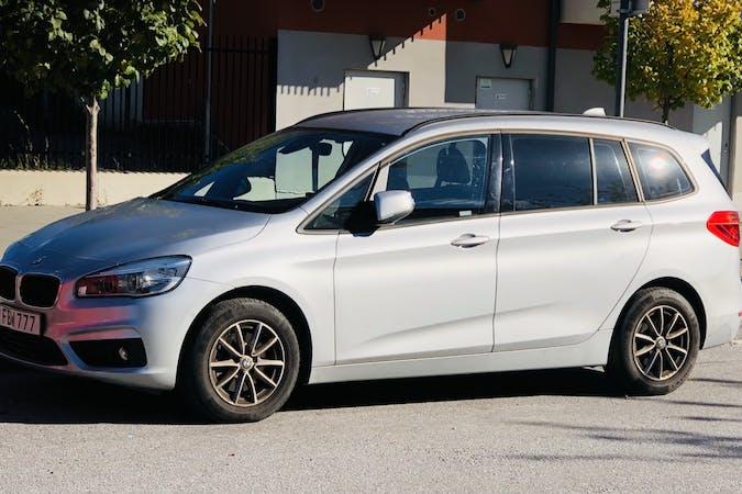 Billig biluthyrning av BMW 2 Series med Bluetooth i närheten av  Ursvik.