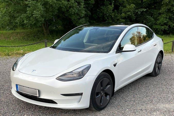 Billig biluthyrning av Tesla Model 3 med GPS i närheten av 167 33 Bromma.