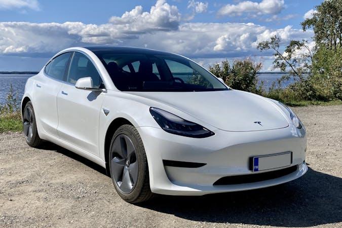 Tesla Model 3n halpa vuokraus GPSn kanssa lähellä 80100 Joensuu.