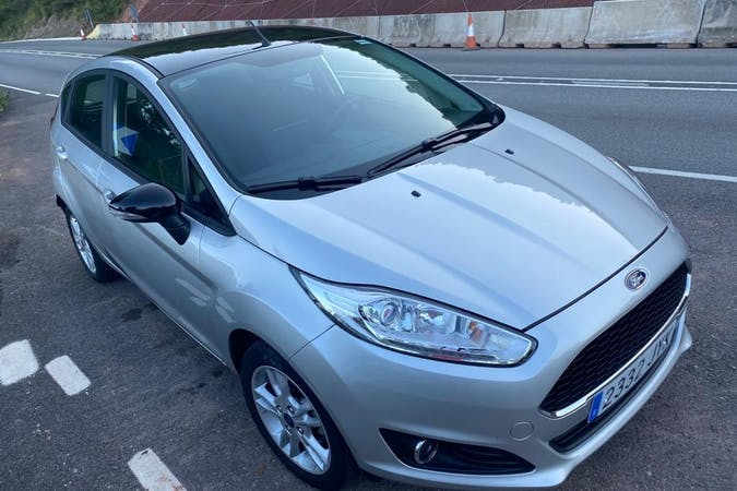 Alquiler barato de Ford Fiesta con equipamiento Bluetooth cerca de  Barcelona.