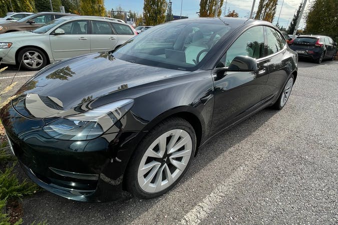 Tesla Model 3n halpa vuokraus GPSn kanssa lähellä 01730 Vantaa.