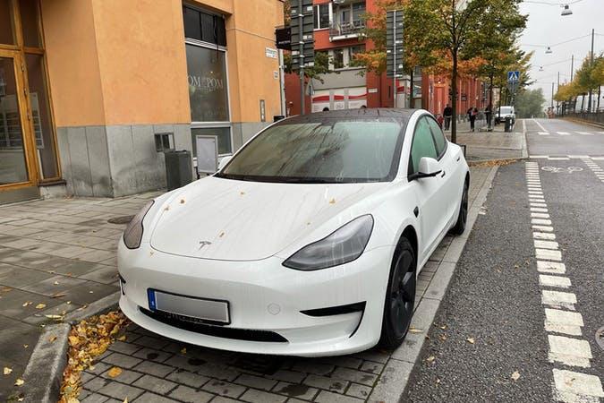 Billig biluthyrning av Tesla Model 3 med GPS i närheten av 120 69 Nacka.