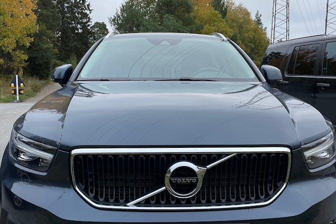 Billig biluthyrning av Volvo XC40 med Bluetooth i närheten av 135 33 Bollmora.
