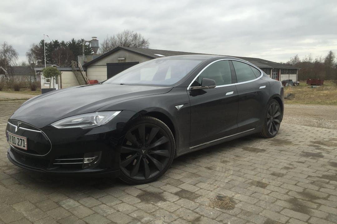 Billig billeje af Tesla Model S85D med GPS nær 2960 Rungsted Kyst.