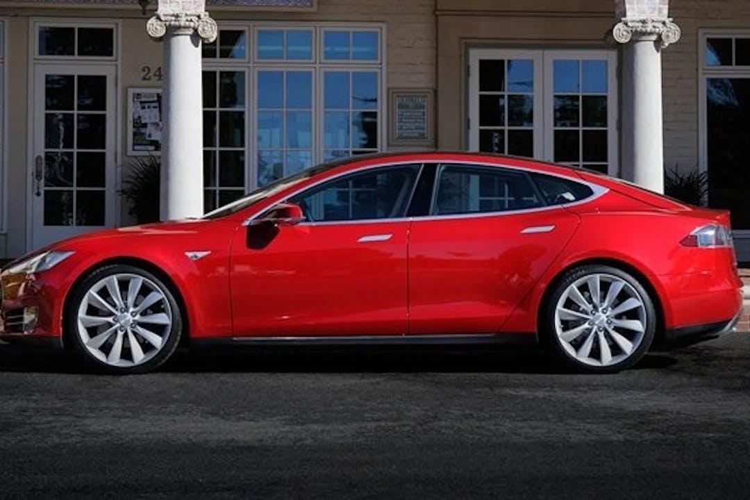 Billig billeje af Tesla model S P85 nær 2700 København.